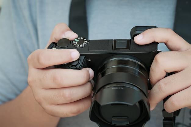 Производство фильма концепция видео профессиональный видеооператор-подросток или фотограф проверяет беззеркалку