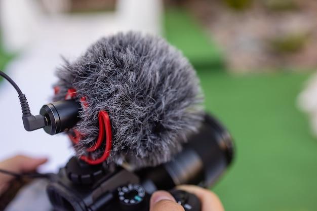 프로덕션 영화 비디오 개념 전문 비디오 그래퍼 또는 사진 작가가 미러리스 설정을 들고...