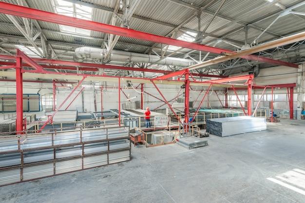 알루미늄 프로파일 생산 작업자가 알루미늄 프로파일 접기 알루미늄 프로파일 창고