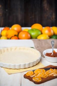 Производство торта с цитрусовым мармеладом и кусочками мандарина.