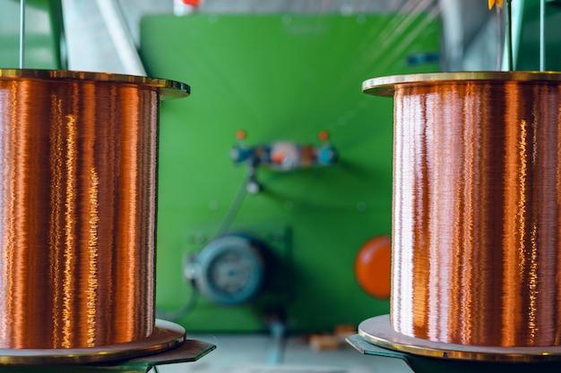 Производство медной проволоки, кабеля в бобинах на заводе. кабельный завод.