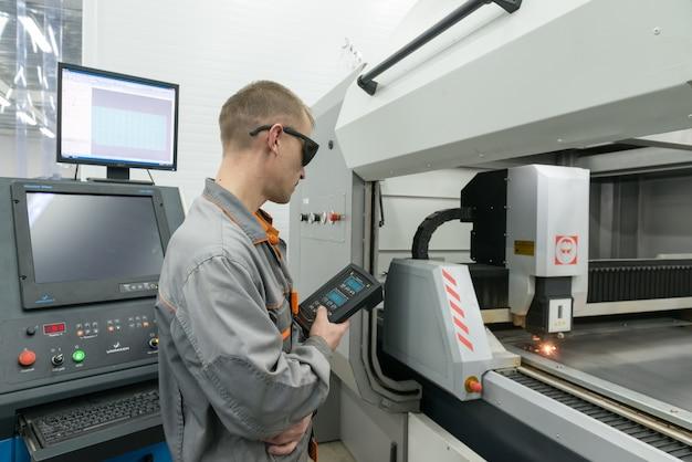 첨단 공장에서 전자 부품 생산