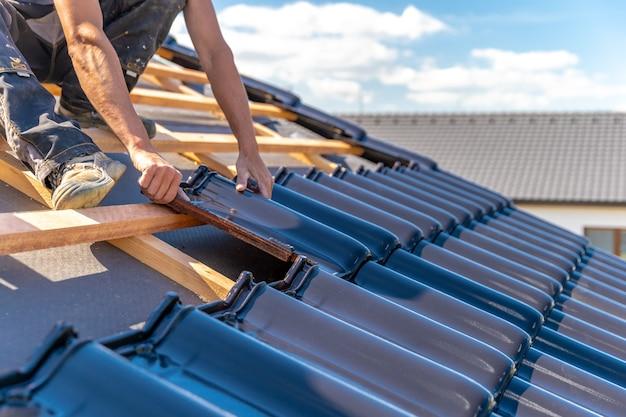 家族の家のセラミック焼成タイルからの屋根の製造。