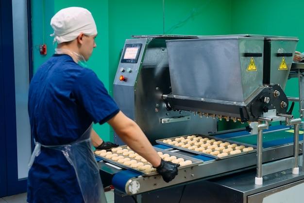 Производство песочного печенья на кондитерской фабрике.