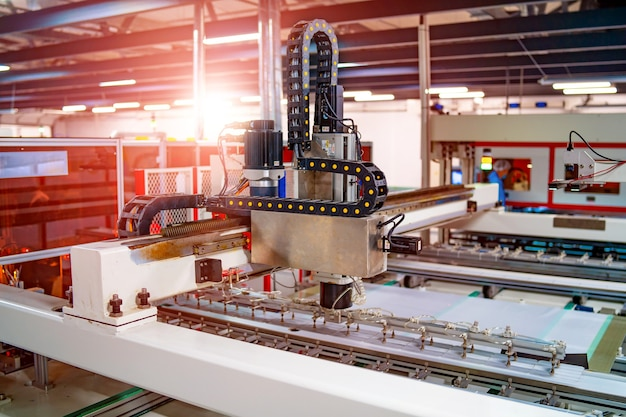 ソーラーパネルの製造。グリーンエネルギーの概念。現代の生産工場または工場