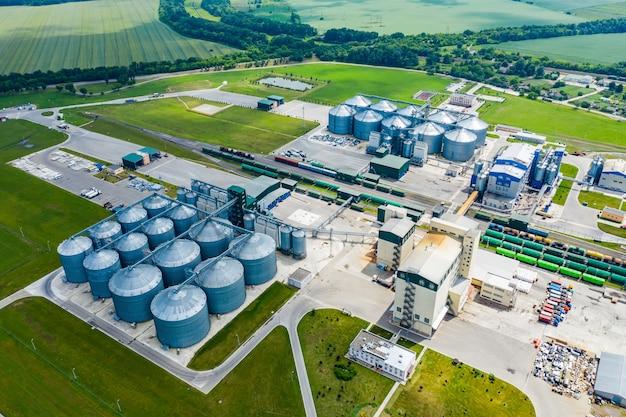 バイオガスと呼ばれる持続可能な燃料の生産。フィールドの新しい工場。上からの眺め。生態学的生産。