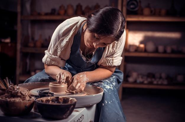 Процесс изготовления гончарных изделий. формируем глиняный чайник на гончарном круге.