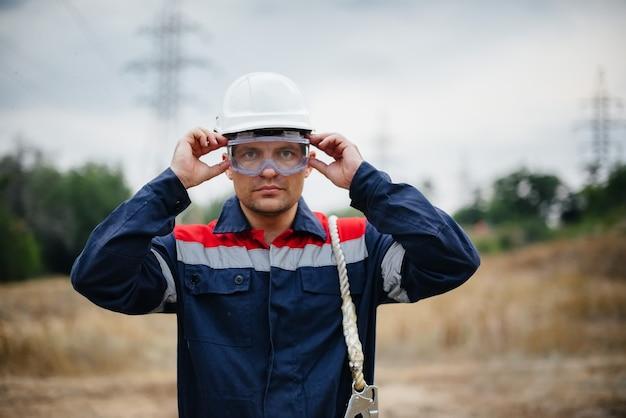 生産作業員は保護用のヘルメットを取り外して着用します。エネルギー。