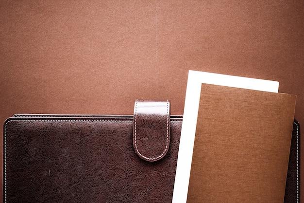 사무실 테이블 책상 flatlay 배경에 생산성 작업 및 기업 라이프 스타일 개념 빈티지 비즈니스 서류 가방