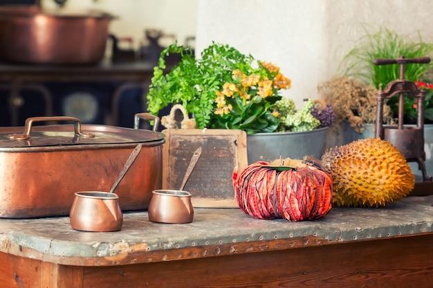 테이블에 제품과 요리를 닫습니다.