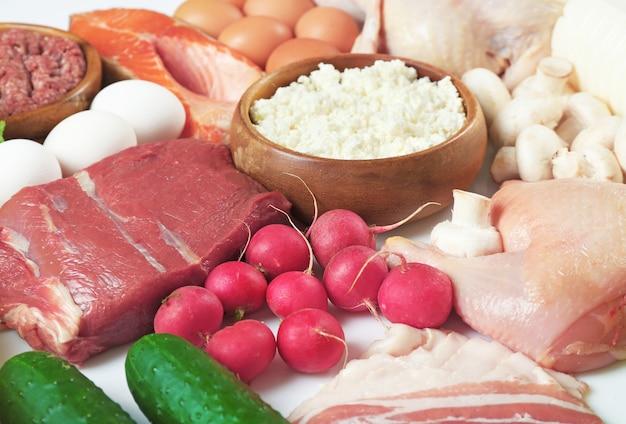 단백질과 지방이 포함 된 제품을 닫습니다.