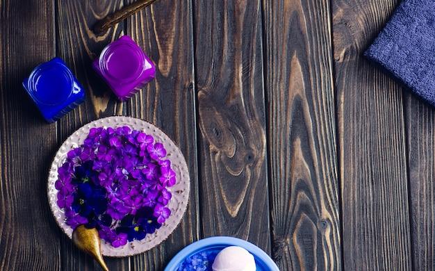 Товары для спа по уходу за телом. вид сверху аксессуары спа. спа фиолетовые продукты