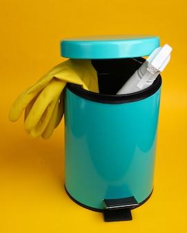 黄色の背景のビンで掃除するための製品