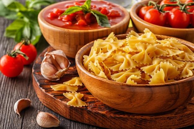 調理用製品-パスタ、トマト、ニンニク、オリーブオイル、トマトソース