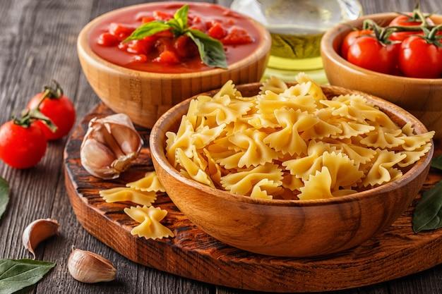 調理用製品-パスタ、トマト、ニンニク、オリーブオイル、トマトソース。