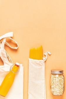 Изделия в текстильных мешках, изделия из стекла. экологичный шоппинг и хранение продуктов, концепция нулевых отходов.