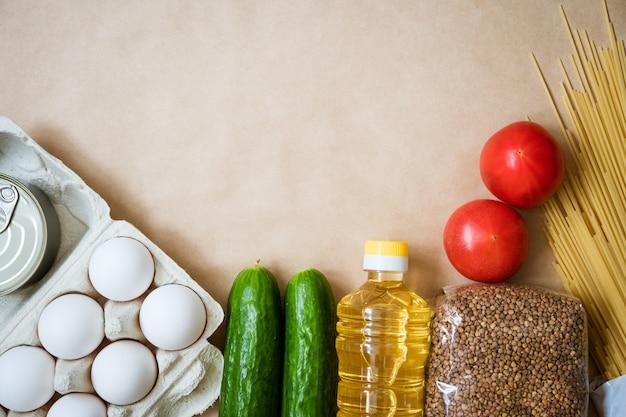 제품은 배경, 계란 곡물 및 야채에 놓여 있습니다.