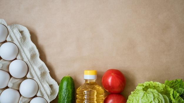 Продукты лежат на столе, яйца каши и овощи