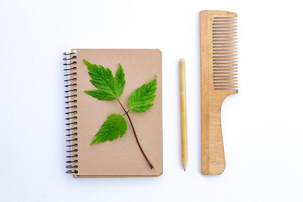 Изделия из переработанной бумаги. эко-концепция, забота об экологии. охрана окружающей среды, охрана природы и отказ от пластмассовых изделий.