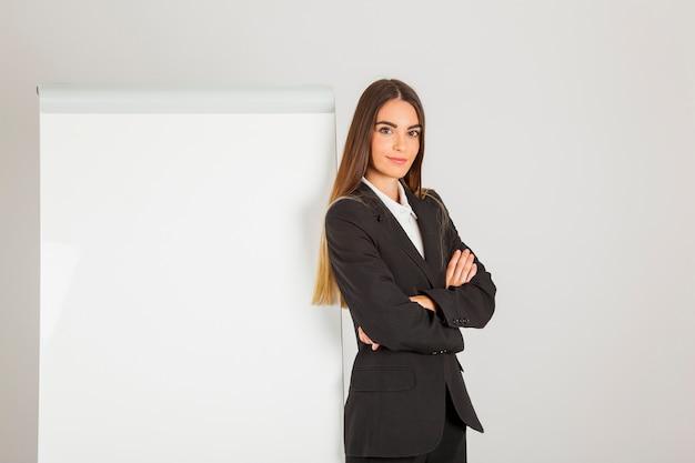 ホワイトボード付き職場の職業女性