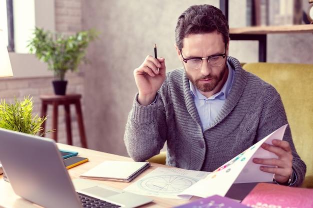 점성술사의 직업 점성술사가되는 동안 일에 집중하는 좋은 지적인 남자