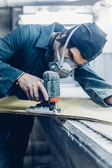 職業、人、大工仕事、感情の人々のコンセプト。大工が電動ジグソーで板を切る