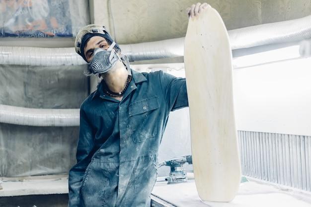 Профессия, люди, плотницкие работы, концепция эмоциональных людей. плотник вырезает доску электролобзиком
