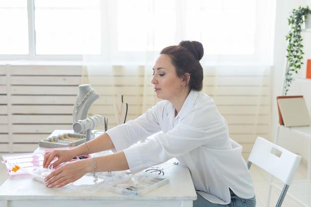 스튜디오 워크숍에서 수제 보석을 만드는 전문 액세서리 디자이너 패션 창의력과