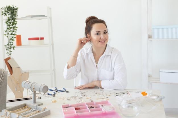 스튜디오 워크샵 패션 창의성과 수제 보석을 만드는 전문 액세서리 디자이너