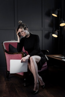 Профессиональная взрослая женщина с головной болью в офисе