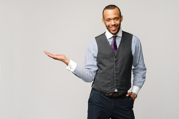Профессиональный афро-американский деловой человек - представляя очки руку на копией пространства.