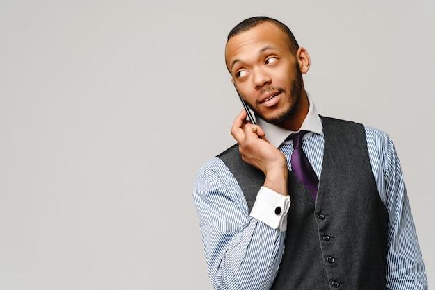 Профессиональный афро-американский деловой человек разговаривает по мобильному телефону