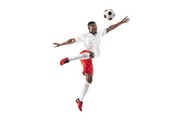 Профессиональный футболист афро-американского футбола в движении, изолированные на белом фоне студии. подгоните прыгающего человека в действии, прыжке, движении в игре.
