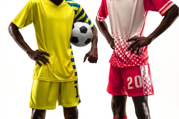 흰색 스튜디오에서 격리된 플레이 중인 프로 아프리카계 미국인 축구 또는 축구 선수
