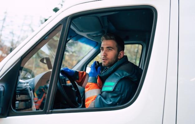 救急車でプロと自信を持って若い男の医者