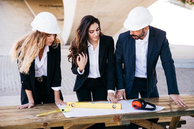 Профессиональные архитекторы, смотрящие план