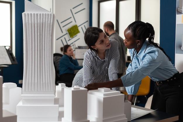 전문 건축 다민족 여성 작업
