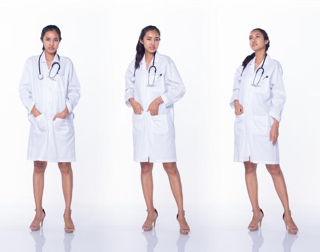 ラボコートの制服の黒い髪の聴診器の笑顔でプロのアジアの美しい医師の看護師の女性、医療病院に立って、白い背景のスタジオ照明、コラージュグループパックの全長