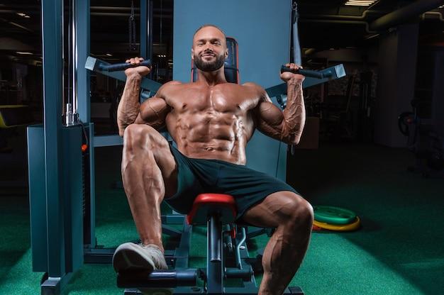 체육관에서 어깨 운동을하는 프로 선수
