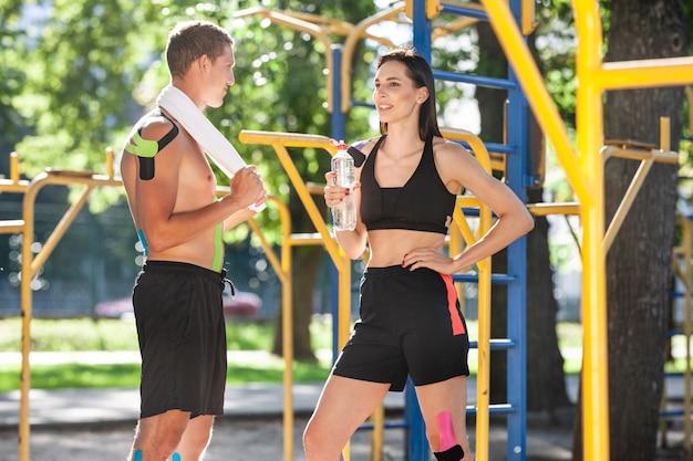 신체에 운동 요법 테이프를 붙인 프로 운동 선수