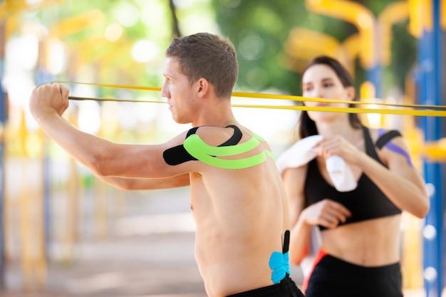 운동 요법 테이프를 몸에 붙인 프로 운동 선수들은