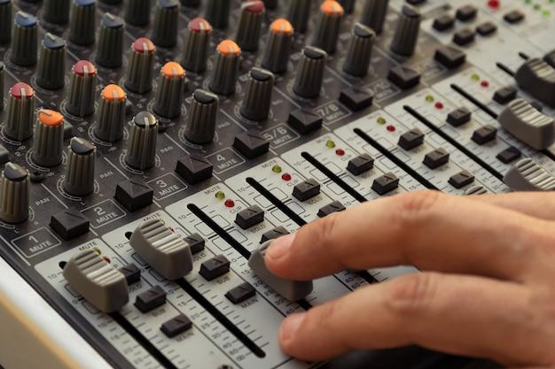 Профессиональное звуковое оборудование для студии звукозаписи. воспроизведение музыки и ремиксы треков. dj.