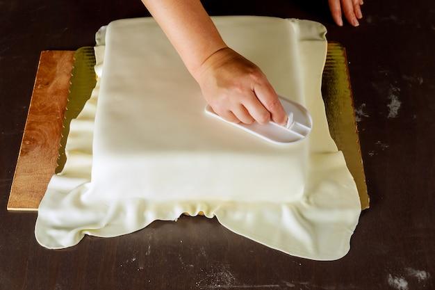 フォンダンスムーザーとプロのパン屋カバーケーキ