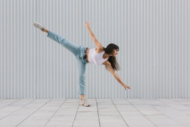 도시 옷을 입고 거리에 전문 발레리나 댄서.