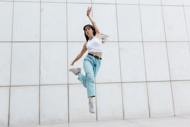 전문 발레리나 점프 발레 댄서, 도시 옷.