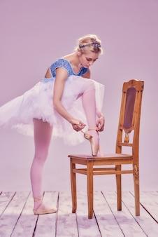 彼女のバレエシューズを履いてプロのバレリーナ。