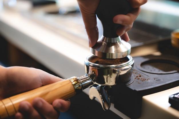 카페의 음료 컵에 에스프레소 커피를 만드는 전문 바리스타, 음료 카페인 기계, 손으로 뜨거운 물을 붓는 사람, 아침 조식 비즈니스, 뜨거운 음료의 신선한 향기