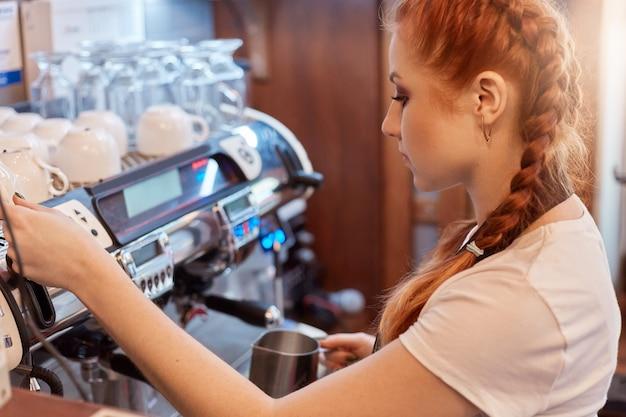 Профессиональный бариста готовит кофе