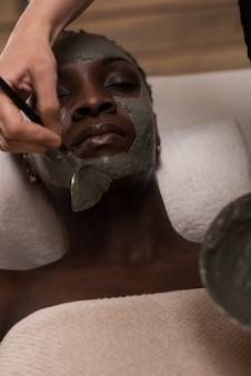 専門の美容師が泥マスクを適用