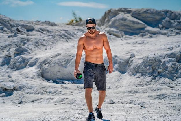 Professional bodybuilder posing. sport outdoors.